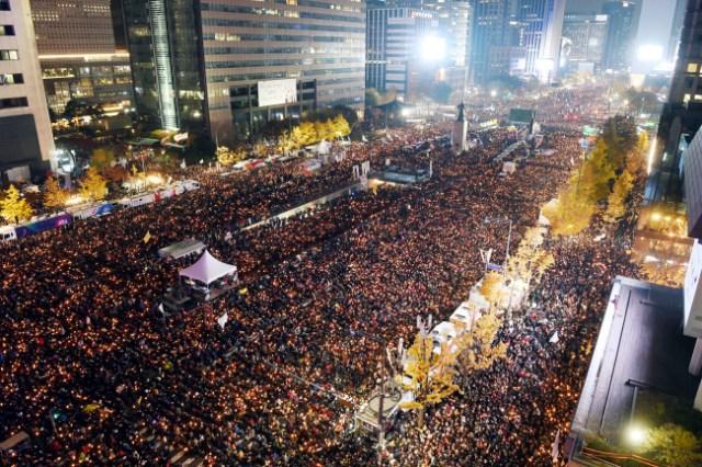Manifestazione oceanica a Seul per chiedere le dimissioni della Presidente Park Geun-hye. Foto Joint Press Corp