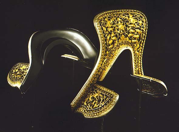 Selle ouvragée d'or, d'argent © Asianart.com