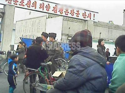 「先軍朝鮮の太陽金正恩万歳」のスローガン