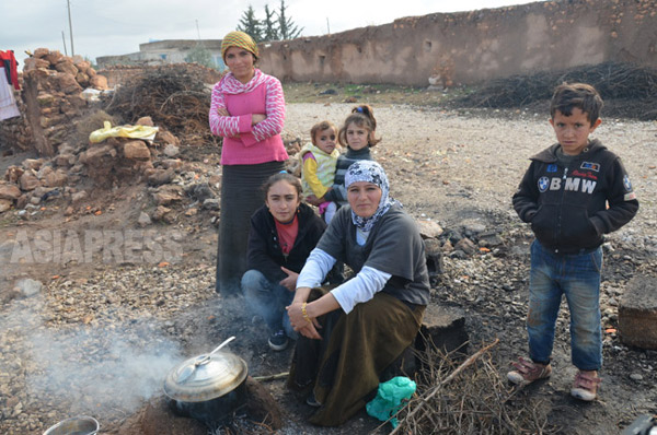 シリアに接するトルコ・スルチの農村に逃れたクルド住民。国境を隔てて暮らす親戚の農家のもとに身を寄せていた。(2014年12月撮影)