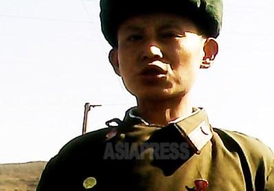 <写真報告>朝鮮人民軍兵士たちの素顔(6) 痩せてぐったりの兵士 庶民に食物ねだる将校 こんな軍隊で戦える? (写真4枚)