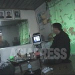 김정은씨의 사진은 언제 내걸릴까? 북한의 모든 가정과 직장, 공공장소(장마당은 제외)에는 김일성과 김정일 부자의 초상화가 걸려있다. 사진은 청진시내의 어느 가정의 식사풍경. 2007년4월 촬영 이준 (아시아프레스)IV>