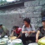 소도시의 공설시장의 쌀 매장. 매일 식량은 끊기는 일 없이 나열되어 있다. (2010년 6월 평안남도 김동철촬영)