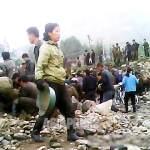 하천 정비에 동원된 주민들이 냇가의 돌을 모으고 있다