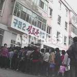 식료품 상점 앞에 늘어선 행렬. 드믄히 특별공급이 있을 때는 생활이 곤란한 사람들이 끝없이 늘어선다. 2008년 9월 황해북도에서 심의천 촬영(아시아프레스)