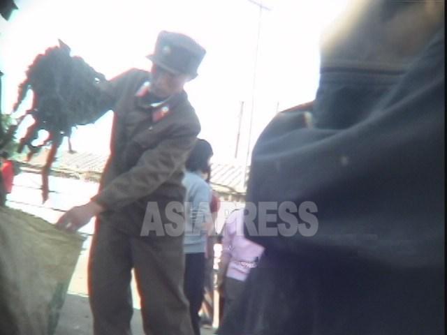 미역을 팔고 오라는 지시를 상관으로부터 받은 하급병사. 2006년 8월 청진시에서. 촬영 백향(아시아프레스)