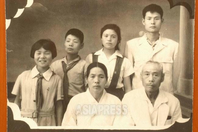"""북한에 넘어간지 얼마 안된 후쿠오카 출신의 한 """"재일"""" 가족. 뒷줄 가운데의 이기자 씨만 한국에 들어왔다. 1960년대 초 (아시아프레스)"""