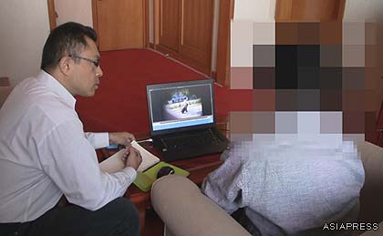 Reporter Gu Gwang-ho (right) explaining the footage he has taken to editor Jiro Ishimaru(left) (October 2011, in northeast China)