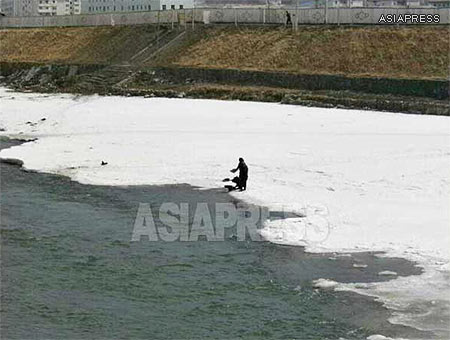 The river water of the Amrok-gang (Yalu River) is commonly used by local residents for washing and drinking. ASIAPRESS