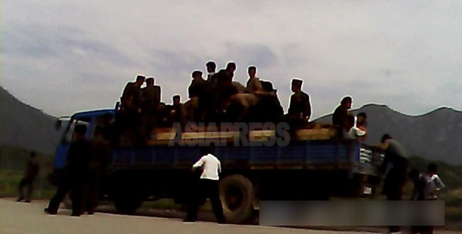 (Reference Photo) People alighting from the back of the truck at a checkpoint near the Samsu Power Plant. Taken by our Team 'Mindeulle' .Aug. 2013 (ASIA PRESS)