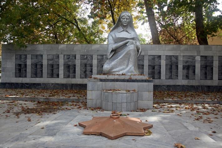 Памятник Скорбящей матери в Сырдарье