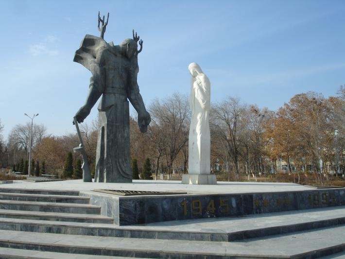 Восьмиконечные звезды на постаменте памятника в Навои