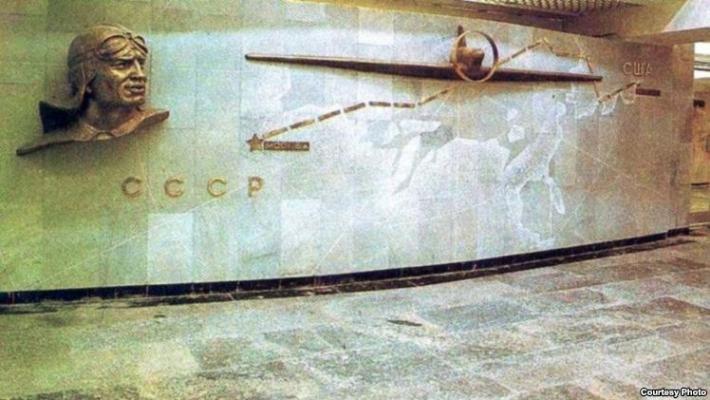 Бюст Чкалова на одноименной станции метро, перед выходом на ташкентский авиазавод имени Чкалова. Фото с сайта Ozodlik.org