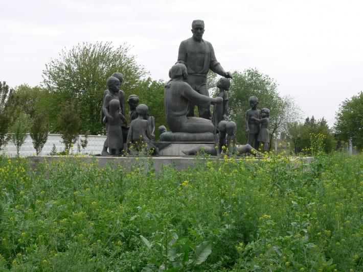 Памятник семье Шамахмудовых на новом месте. 2009 год
