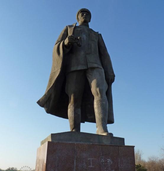 Демонтированный памятник Сабиру Рахимову