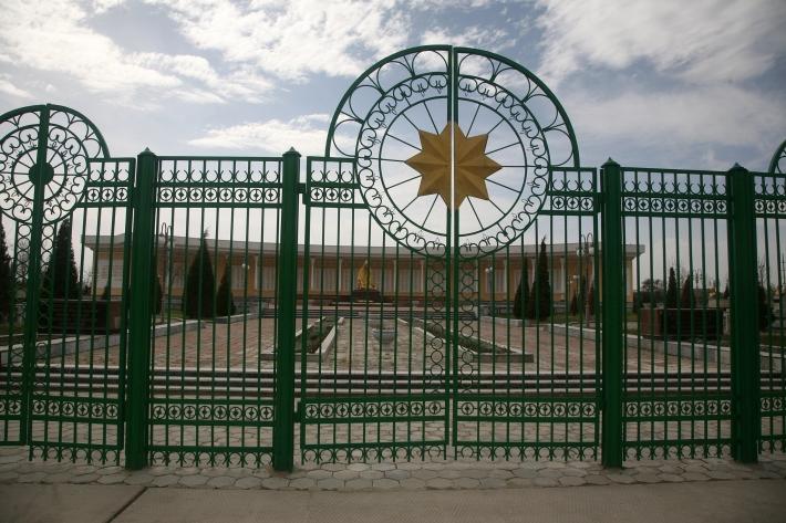 Мемориальный комплекс в Гулистане, возведенный в 1999 году