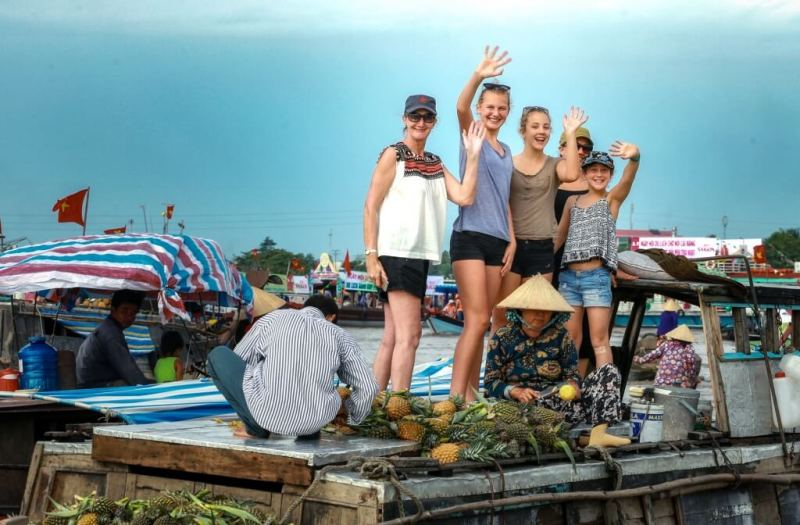 Foreign tourists are interested in floating markets