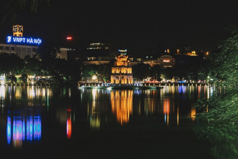 Lake at night - the place for dating travelers