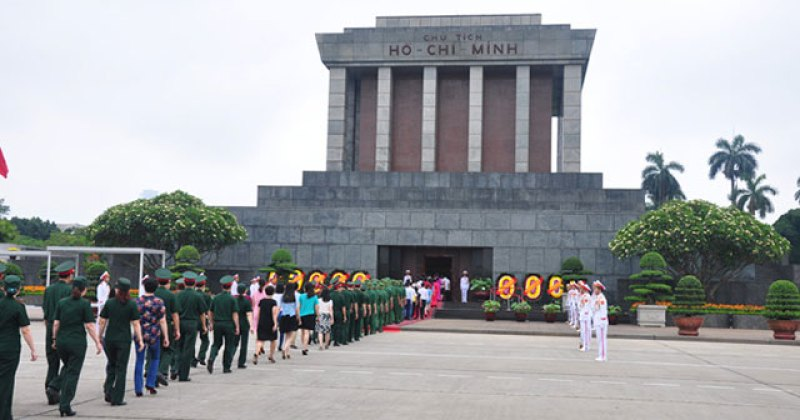 On the birthday, the line lined up in the tomb to visit Ho Chi Minh