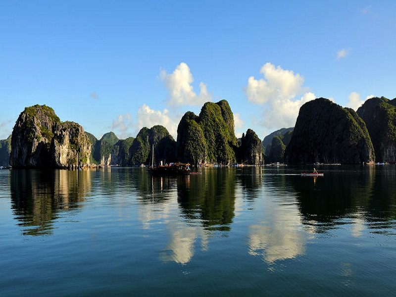 Battle-of-the-most-wonderful-bays-in-Vietnam – Halong-Bay-and-Bai-Tu-Long-Bay2