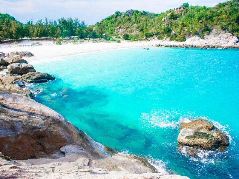 The-simple-and-wild-Binh-Hung-Island1