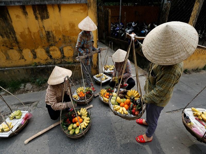 Non-la–a-great-souvenir-for-a-tour-to-Vietnam2