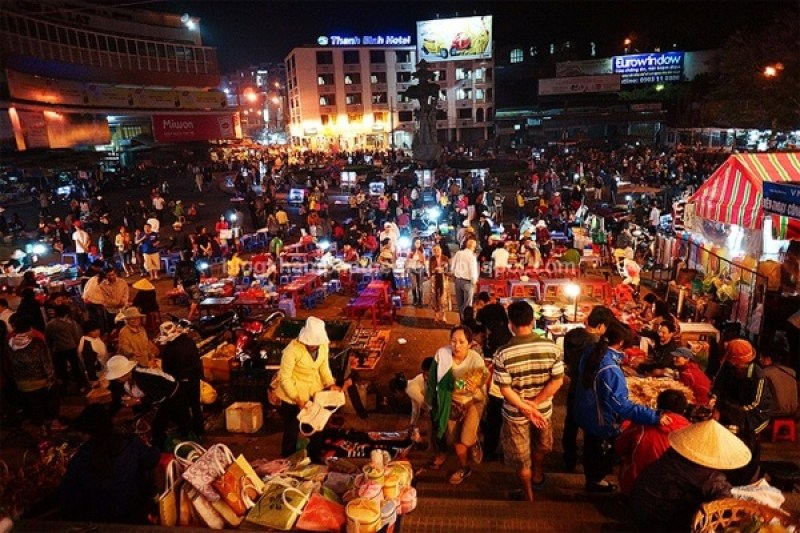 Nightlife at the market of Can Tho people