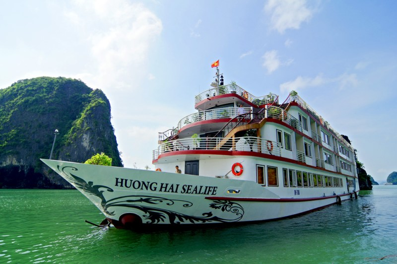 Guests enjoy a great time in Halong Bay