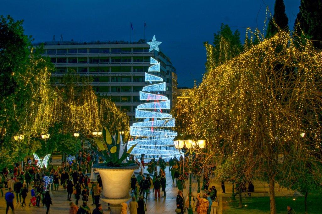 Η Αθήνα ντύνεται χριστουγεννιάτικα