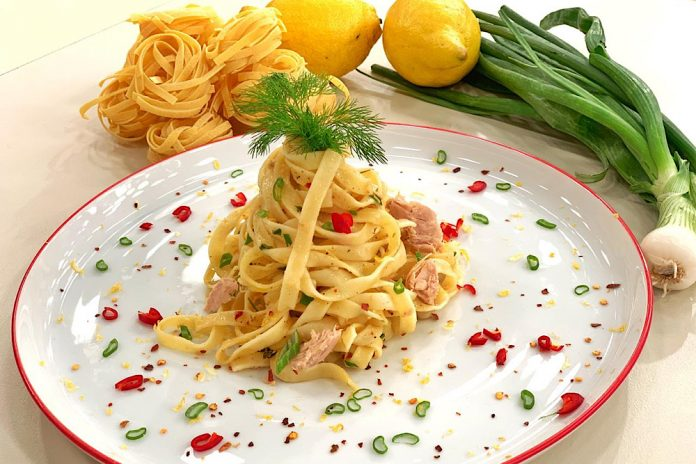 Ταλιατέλες με τόνο και σάλτσα λεμονιού