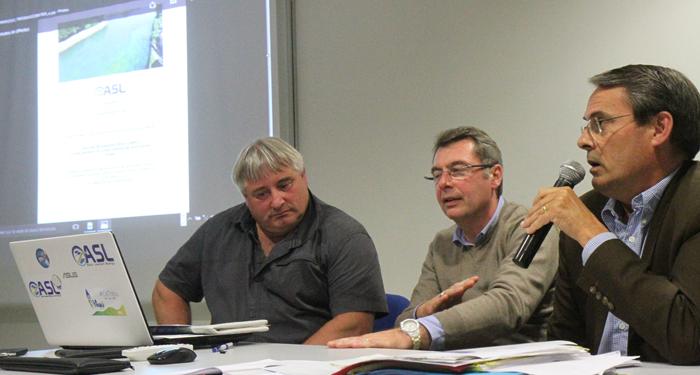 Pour animer la réunion : Olivier Bayle, président de l'ASL ; Nicolas Desfachelle, maire de Saint-Laurent ;Thierry Spas, vice-président de la CUA ; Emmanuelle Lapouille, conseillère départementale (que l'on ne voit pas sur la photo).