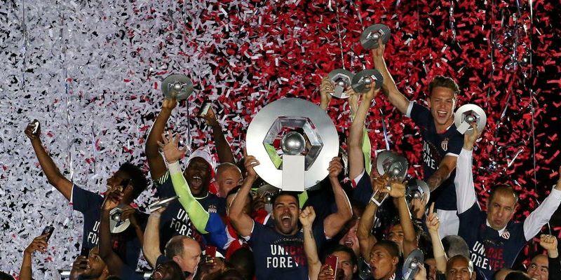 Les monégasques soulèvent le trophée de champion de France de Ligue 1
