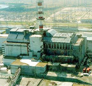 El actual sarcófago que cubre el cuarto reactor de la planta, ya presenta grietas y se producen fugas radiactivas.