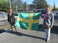 Mónica Sumay y María Galindo sosteniendo la bandera de SOLCOM en Ginebra [Clic para ampliar la imagen]