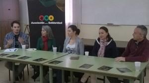 Ponentes en el Café-Encuentro sobre voluntariado. De izqd. a der. Miguel (moderador), Charo, Paula, Sara y Demetrio.