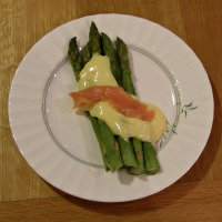 Asparagus with Hollandaise Sauce and Smoked Salmon