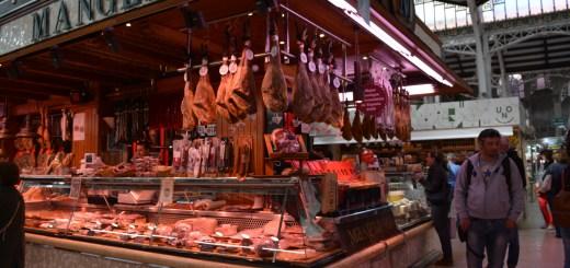 Mercato centrale di Valencia - bancarella jamon serrano - aspassoperlaspagna.it