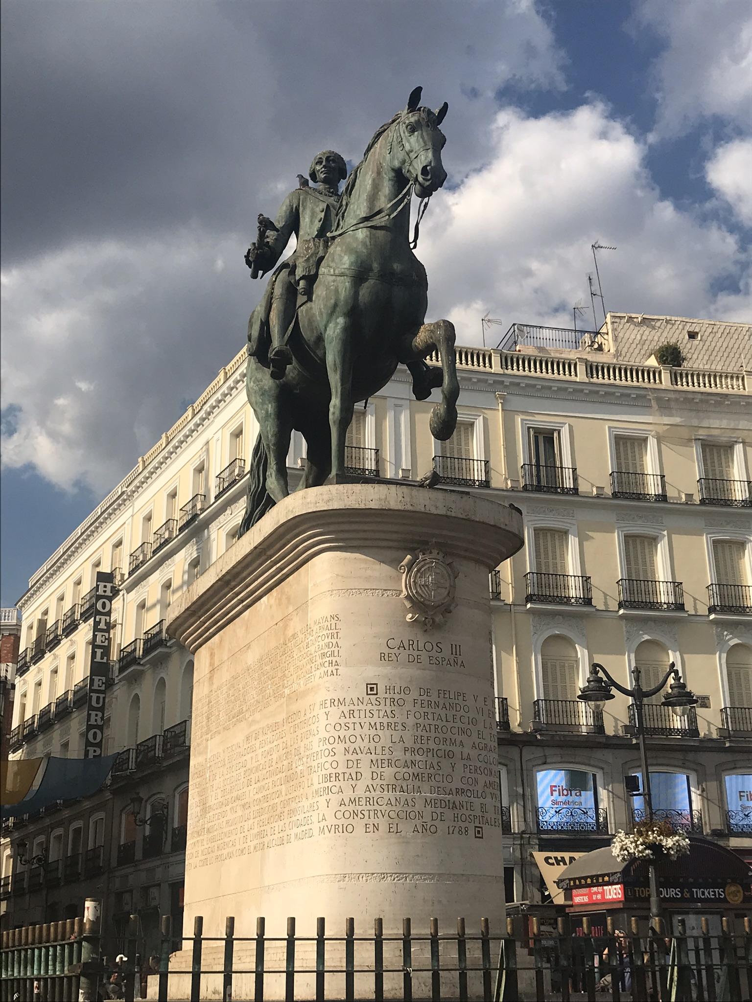 Puerta del Sol Madrid - Statua Carlos 3 - aspassoperlaspagna.it