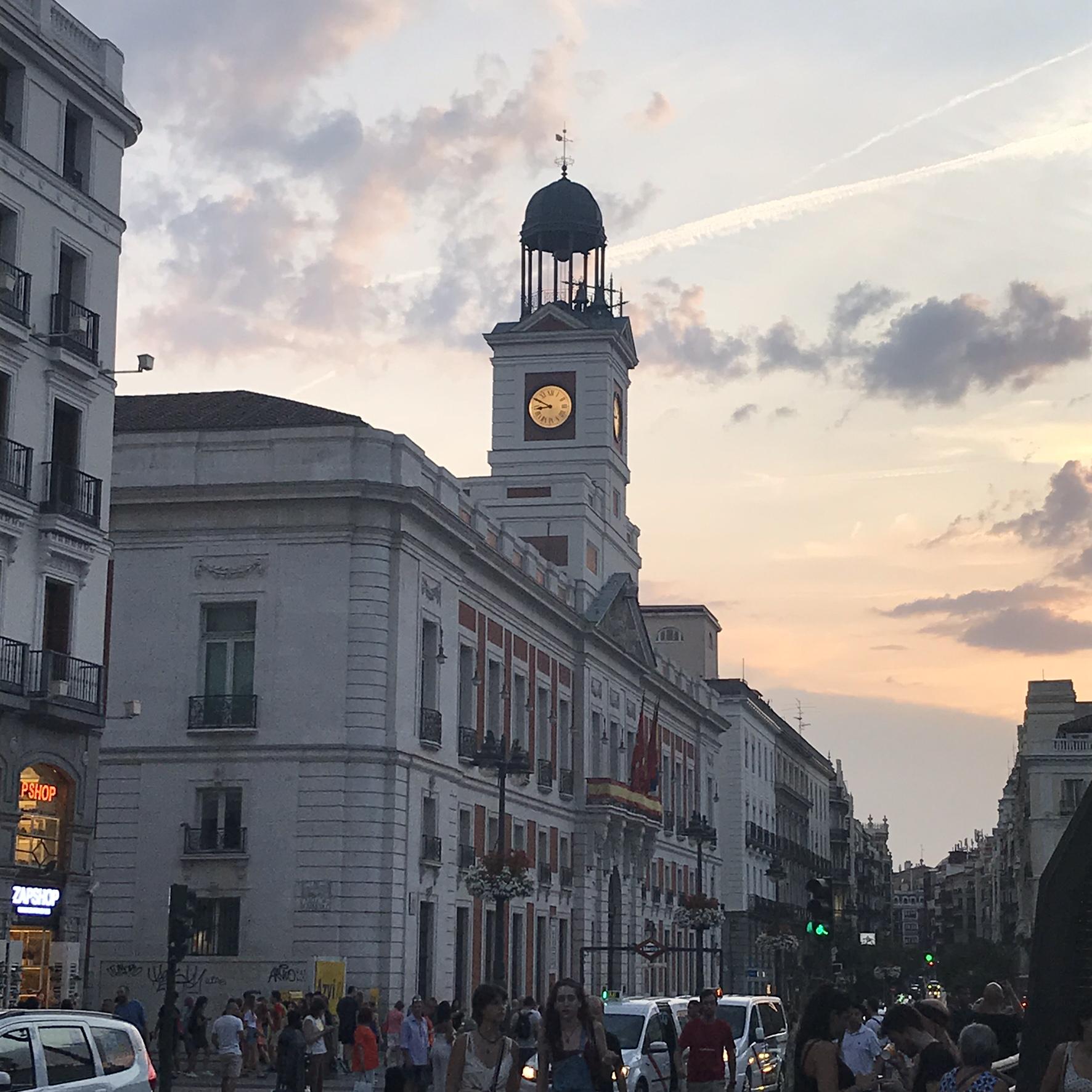 Puerta del Sol Madrid - torre orologio - aspassoperlaspagna.it