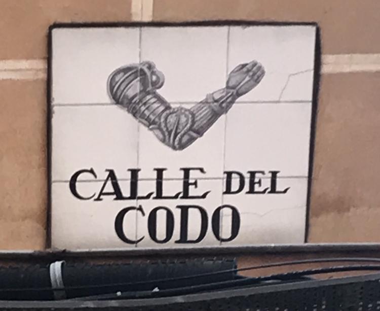 Calle del codo targhetta Madrid aspassoperlaspagna.it