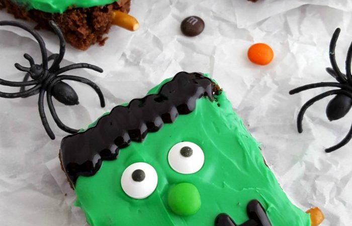 Frankenstein Halloween Brownies - Frankenstein Halloween Brownies are simple to make, kids LOVE decorating them & they're delicious. Perfect for a fun dessert or for your Halloween party!