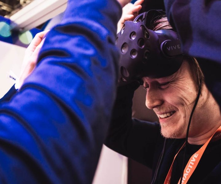 Wellenfeldsynthese Array in Kombination mir VR Headset, Technologie des Fraunhofer IDMT im Zusammenspiel mit Audio Inhalten der Media Apes GmbH und Visuals der Aspekteins GmbH