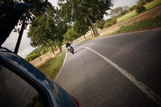 Stefan Bradl beim Fahren auf der Landstraße