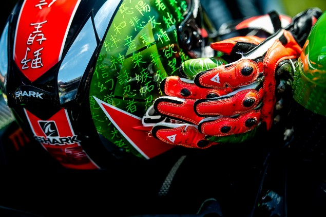 tom-sykes-kawasaki-racing-wbsk-gloves-helmet-donington-park