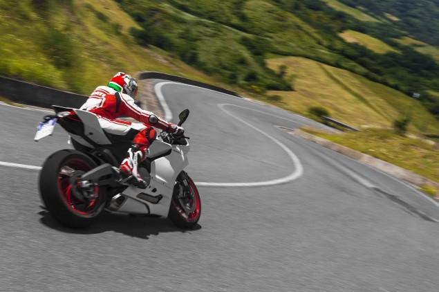 2014-Ducati-899-Panigale-road-09