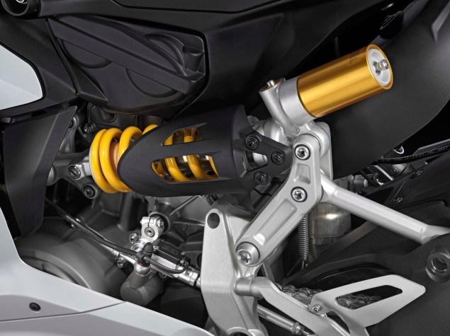 2014-Ducati-899-Panigale-studio-20