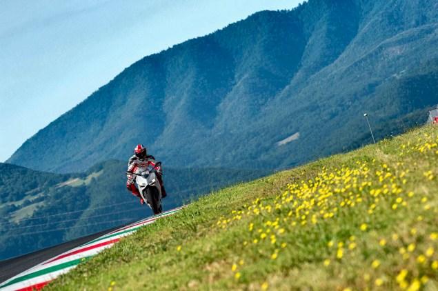 2014-Ducati-899-Panigale-track-45