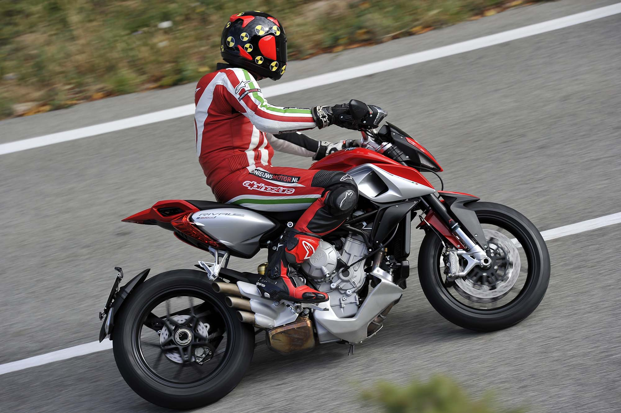 ride review mv agusta rivale 800 asphalt rubber. Black Bedroom Furniture Sets. Home Design Ideas