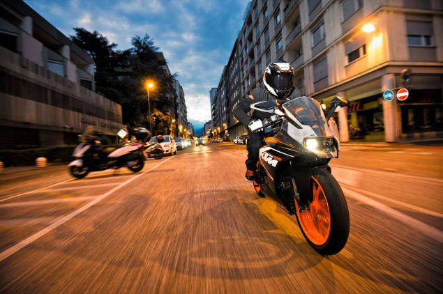 2014-KTM-RC125-action02