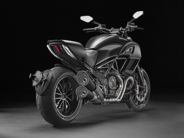 2014-Ducati-Diavel-Carbon-15